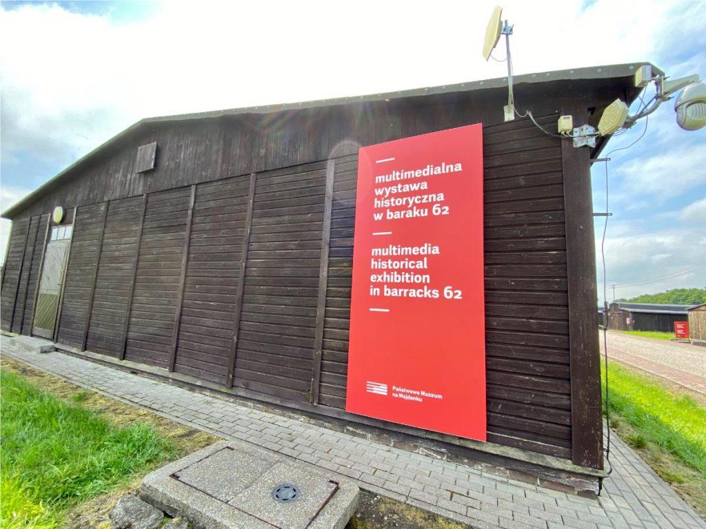 """Nowe oznaczenia na baraku 62, Państwowe Muzeum na Majdanku. Multimedialna wystawa historyczna """"Więźniowie Majdanka"""" Realizacja wystaw www.ideastudio.pl"""