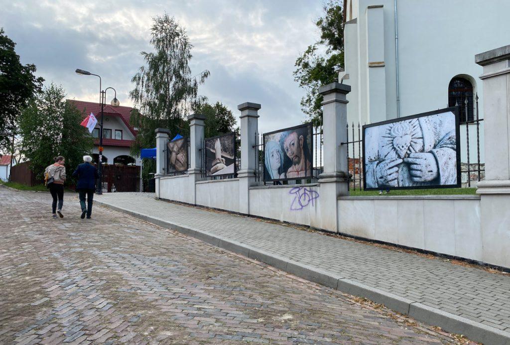 Przed wywiadem. zwiedzamy Galerię. Galeria Fotografii na ogrodzeniu Cerkwi w Szczebrzeszynie